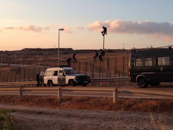 Cerca de cuatro centenares de personas entran en Melilla tras un nuevo salto