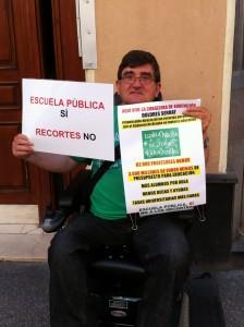 El profesor de Filosofía Antonio Aramayona sentado en su silla de ruedas ante el portal de la consejera de Educación, Cultura y Deporte del gobierno regional de Aragón.
