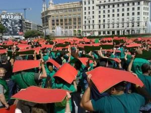 Varios centenares de miembros de la PAH se concentraron el viernes pasado en Barcelona para anunciar la nueva campaña de escraches. Foto: PAH