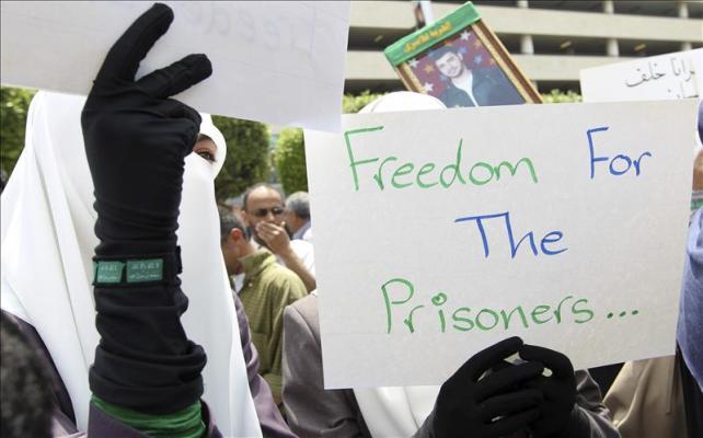 Presos palestinos en cárceles israelíes se suman a huelga de hambre