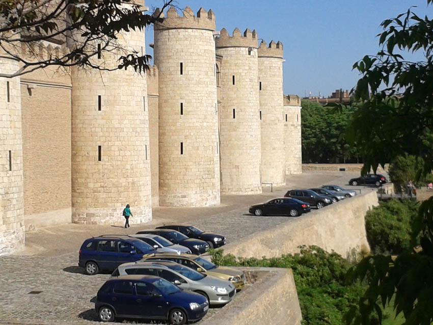 El colectivo Pedalea entrega una petición en las Cortes para solicitar un Palacio de la Aljafería libre de coches