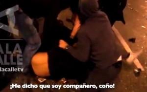 """Policía infiltrado avisa a los agentes que lo reducen de que es """"compañero"""" durante el Rodea el Congreso de 2012 (imagen captada por el programa 'A la calle')"""