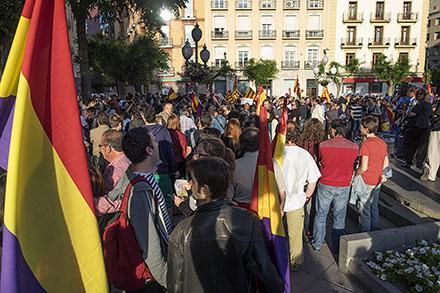 Centenares de personas en Uesca se manifiestan por la República