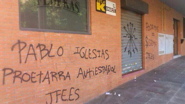 La sede de TeleK aparece cubierta de pintadas neonazis