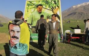 Los retratos del líder del PKK jalonaban la fiesta del Newroz en las montañas de Kandil. Foto: Karlos Zurutuza