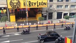 El Rolls Royce en el que viajaba Felipe de Borbón con la reina ha pasado a baja velocidad por unas calles de Madrid bastante vacías. Foto: Juan Luis Sánchez (eldiario.es)