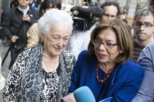 Teresa Álvarez Alonso, a la izquierda, junto a la abogada de la querella Ana Messuti, a la salida de la Audiencia Nacional el 29 de mayo tras declarar ante la jueza Servini en en la Audiencia Nacional. Foto: Álvaro Minguito (Diagonal).