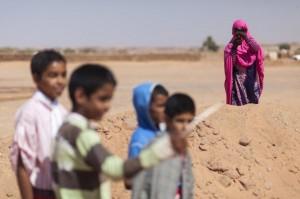 Una mujer saharaui durante el taller Las cineastas del desierto. Foto: Carlos Cazurro (FiSahara)