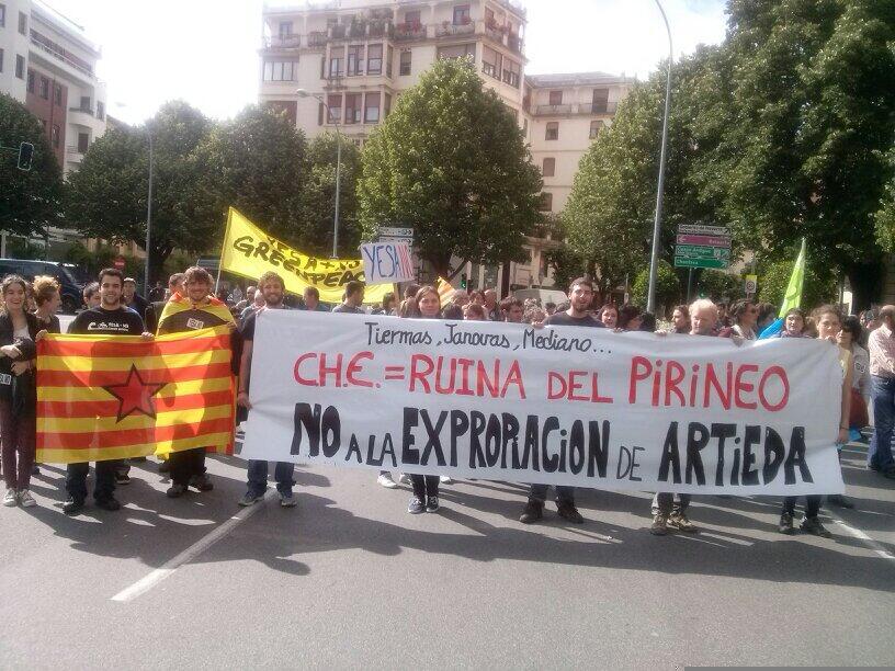 Gran manifestación contra el recrecimiento de Yesa por las calles de Iruñea