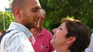 Carlos Cano se despide de su madre justo antes de entrar en prisión. Foto: 15M Granada