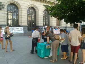 Recogida de firmas de Marea Blanca en plaza España de Zaragoza contra la privatización del Hospital de Alcanyiz. Foto: @arainfonoticias