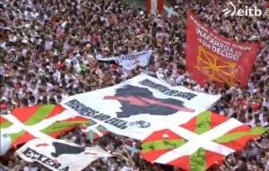 Dos ikurriñas y banderolas por los presos en la plaza del Ayuntamiento durante el txupinazo.