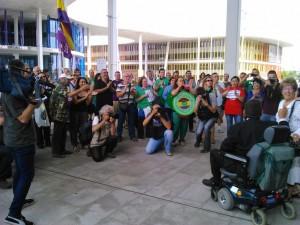 Un centenar de personas se ha concentrado en la Ciudad del Justicia de Zaragoza. Foto: @arainfonoticias