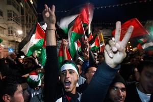 Gazatíes celebrando el alto el fuego. Foto: NYT