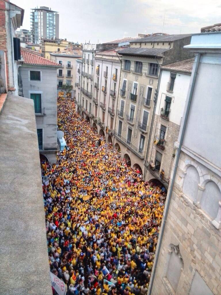 Miles de personas llenan las plazas catalanas contra el veto español a la consulta