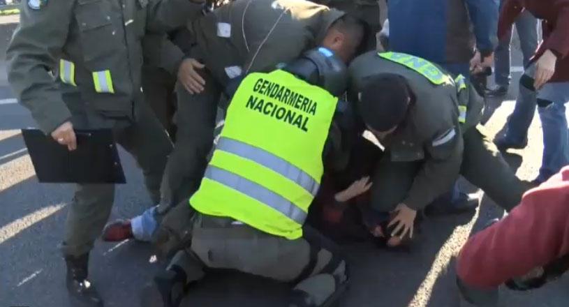 Un gendarme argentino simula un accidente para detener a un manifestante
