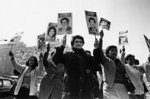 Manifestación de familiares de detenidos desaparecidos en pleno régimen militar. Foto: Kena Lorenzini (CC BY-SA 3.0)