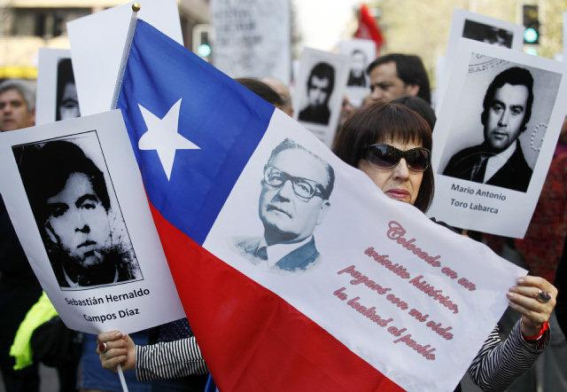 Miles de chilenos marchan recordando a Salvador Allende y contra el golpe de Estado