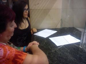 Asun Gulina (Puyalón) y Emma Pomar (Febrero Feminista) durante la entrega de la propuesta.