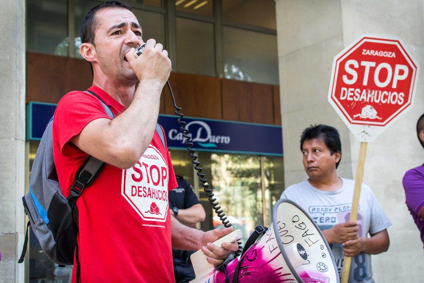 Stop Desahucios Zaragoza se concentra en Caja Duero en busca de soluciones
