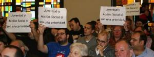Pancartas reivindicativas durante un Pleno municipal.