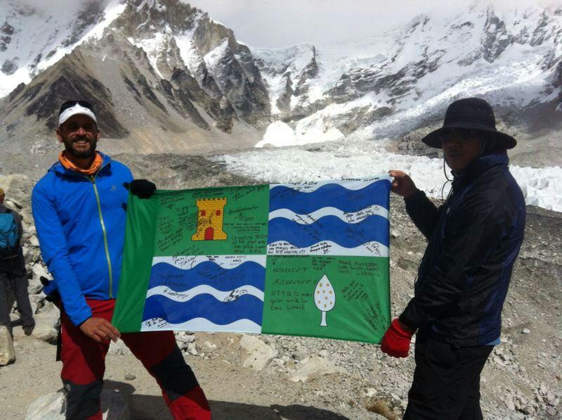 La bandera de Mequinensa llega a los pies del monte Everest