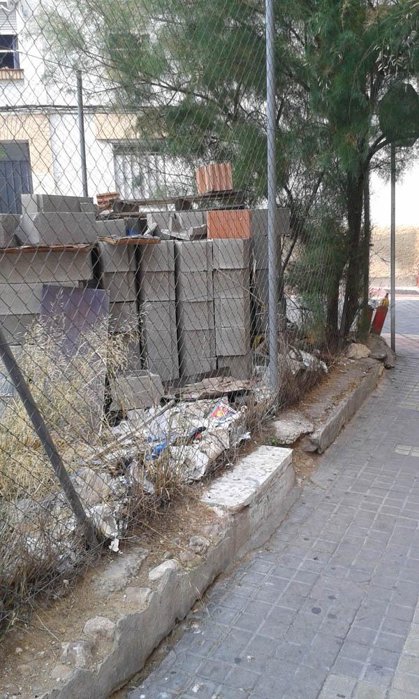 Vecinos y vecinas de Torrero exigen la limpieza de un solar abandonado en la calle Alicante
