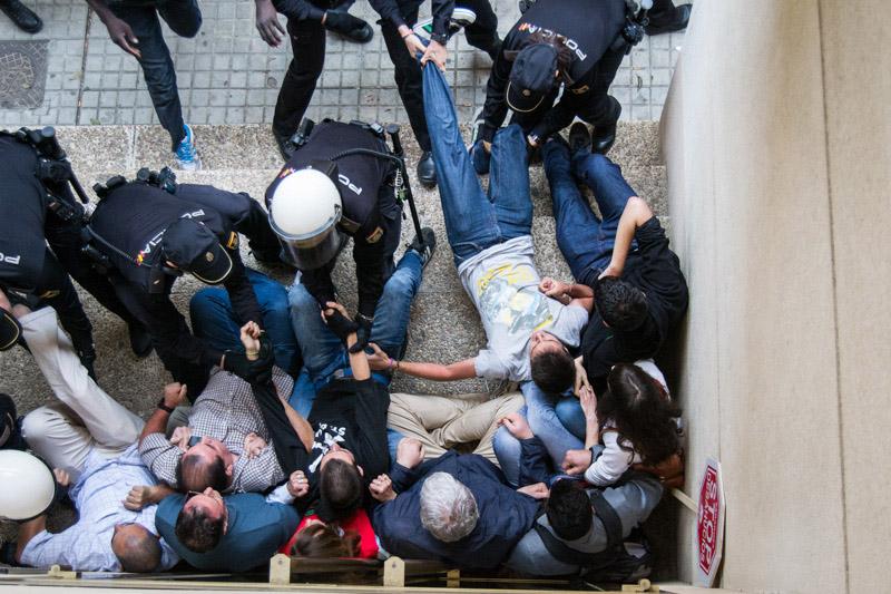 Con una violenta actuación policial desahucian a la vecina de Santa Isabel