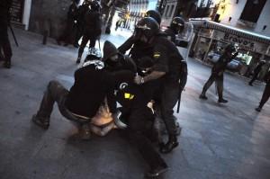 Una de las detenciones del 15 de mayo de 2011, perpretrada por policías de paisano y UIP. Foto: Álvaro Minguito