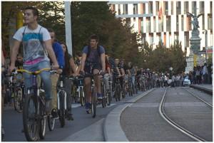 Miles de ciclistas tomaron el Paseo de la Independencia en protesta contra las multas. Foto: Primo Romero