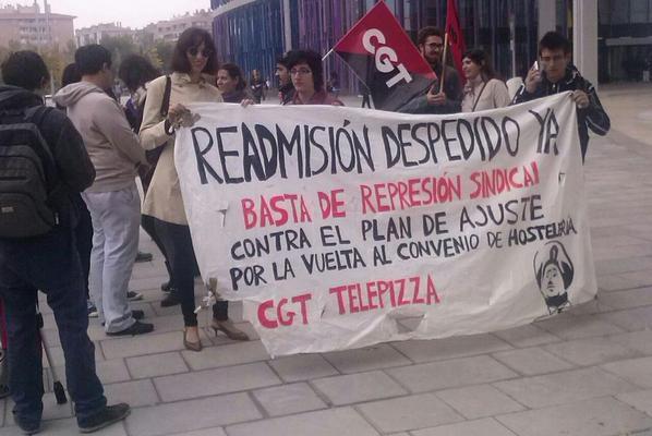 Numerosas personas se concentran en solidaridad con el trabajador despedido por Telepizza durante el juicio