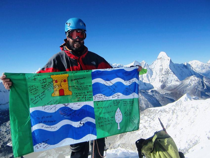 Castelló y la bandera de Mequinensa llegan a la cima del 'Island Peak' en Nepal