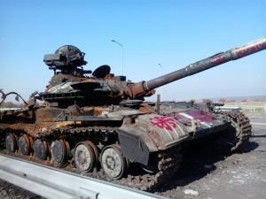 Tanque ucraniano abatido en la carretera de Lugansk al aeropuerto. Foto: Eloy Fontán