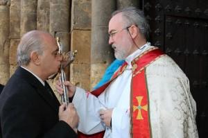 Jorge Fernández Díaz besando una cruz. Fuente: Ministerio del Interior.