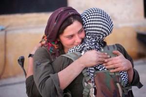 Los milicianos y milicianas kurdos combaten contra el Estado Islámico en Kobane.