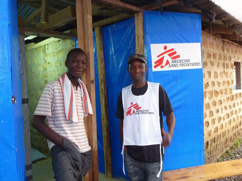 Celebración por el superviviente de Ébola número 1.000 dado de alta en un centro de MSF en Africa occidental