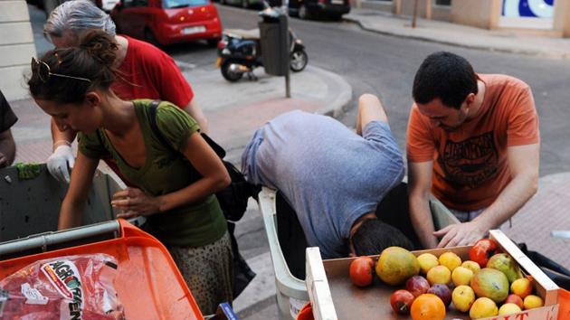 El Estado español multará con 750 euros a personas que rebusquen en la basura