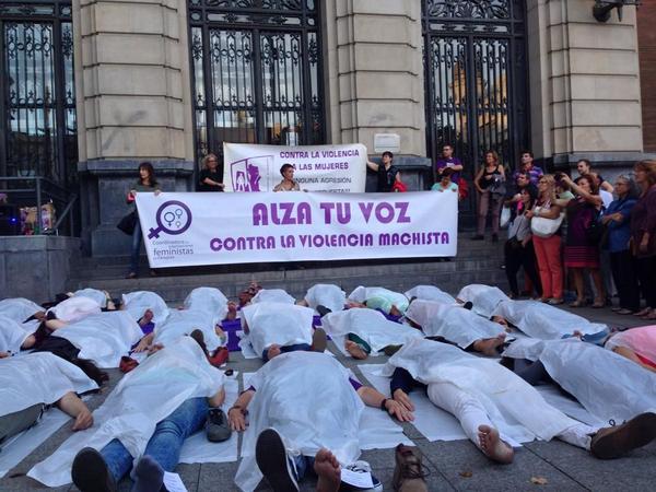 Las y los concejales de Zaragoza guardan un minuto de silencio en memoria de las 16 mujeres asesinadas por violencia machista en 2017