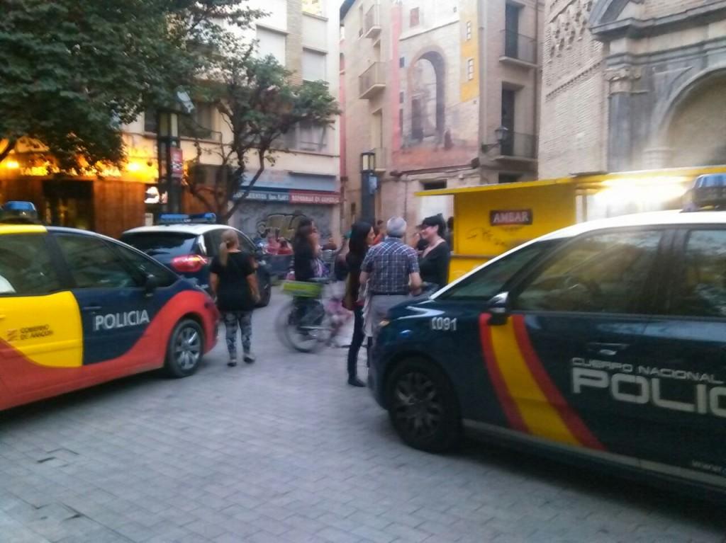 La policía obliga a Purna a retirar una pancarta de #PilarsPopulars