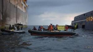 Activistas de Greenpeace en aguas canarias protestando contra las prospecciones. Foto: Greenpeace