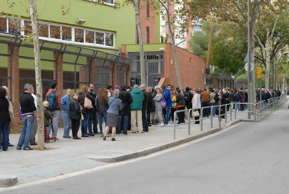 Largas colas en la apertura de los locales de participación del 9N en Catalunya