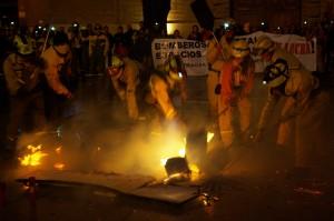 Bomberos Forestales de ambas empresas apagando con sus batefuegos la simbólica 'Ley de montes'. Foto: Miguel Ángel Conejos