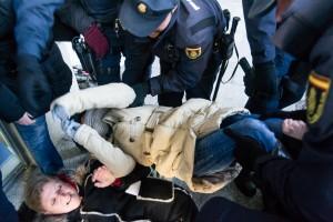 Momento del desalojo de la oficina de Caja España-Duero. Foto: Pablo Ibañez [Arainfo]