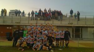 La palntilla del Fénix Club de Rugby, tras el partido de ayer en Poble Nou, arropados por muchos aficionados en la grada. Foto: @rugbyfenix