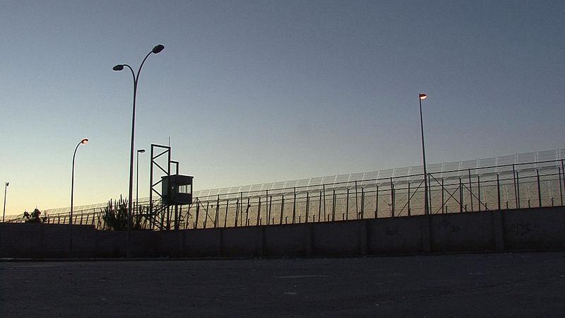 Un centenar de personas saltan la valla de Melilla