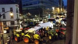 Los tractores han dejado vacíos los edificios oficiales de la UE. Foto del Twitter de Podemos Países Bajos.