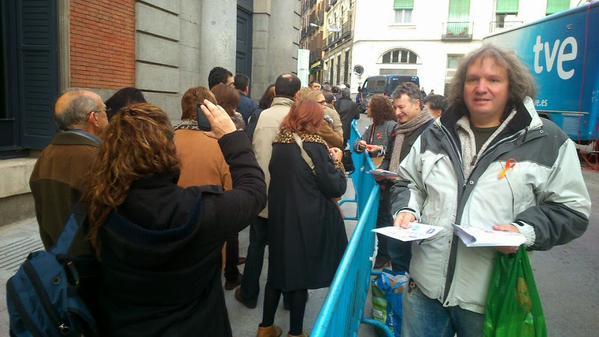 CCOO y CGT reparten lazos naranjas en las Cortes en defensa del servicio público de RTVE