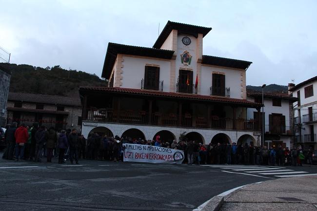 300 personas piden en Roncal el fin de la represión