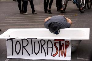Performance realizada en Iruña en 2011 con motivo del Día contra la Tortura. / Ekinklik