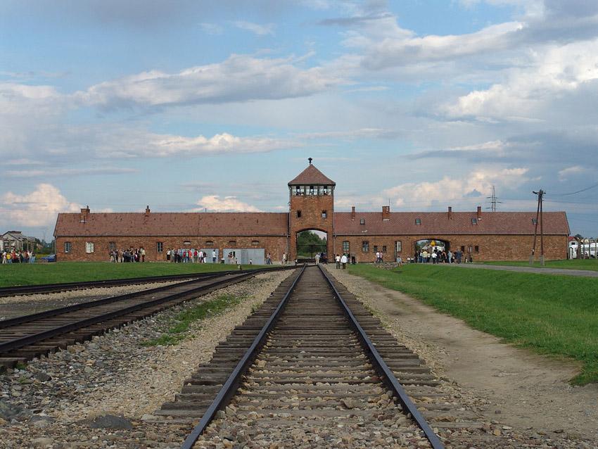 Supervivientes de campos de exterminio cuentan en Uesca sus experiencias con el horror nazi